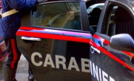 A folle velocità per le vie del centro di Novi, prima rischia di investire un'intera famiglia e poi si schianta contro un'auto in sosta: denunciato
