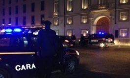 Uomo aggredito in piazza da una banda di teppistelli che gli avevano appena rotto lo specchietto dell'auto