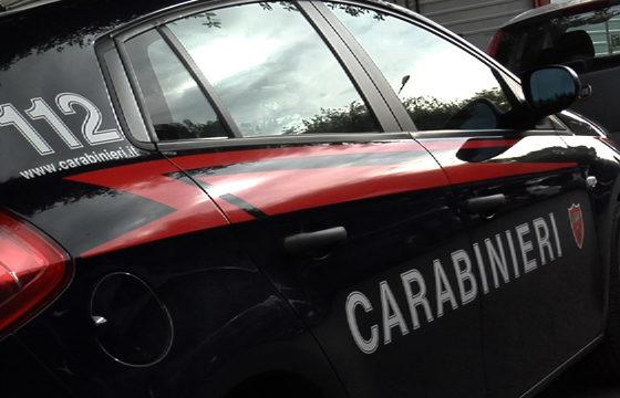 Sessantunenne danneggia l'auto di una donna che aveva parcheggiato male