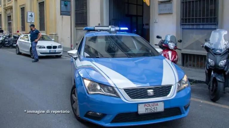 Ubriaco, minaccia poliziotti e colleghi con un coccio di vetro: nei guai cameriere cinquantenne