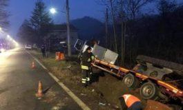 Camion esce di strada e trancia tubo del gas