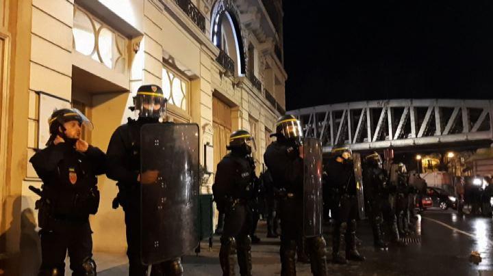 Macron assediato fuori dal teatro fugge con la scorta