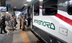 Capotreno presa a pugni da passeggero senza biglietto: gli altri passeggeri sono rimasti a guardare
