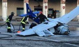 Ultraleggero precipita in piazza, morto il pilota