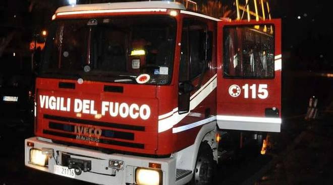 A fuoco un garage a Viguzzolo: intervenuti i Vigili del Fuoco di Tortona che hanno messo in sicurezza due bombole di gpl