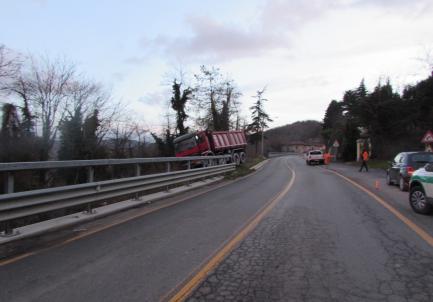 Camion si muove senza autista e urta un altro veicolo: nessun ferito