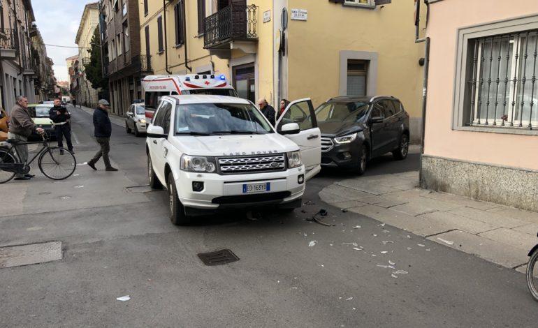 Non rispetta lo stop e finisce contro un'altra auto sfondandole la portiera: conducente ricoverata all'ospedale con qualche ammaccatura