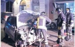 Auto si schianta lungo la pista ciclabile e va a fuoco, vivo il conducente
