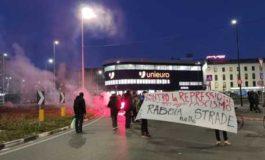 Ancora scontri a Torino: un corteo blocca il traffico, imbrattati i muri degli uffici Eni e Poste