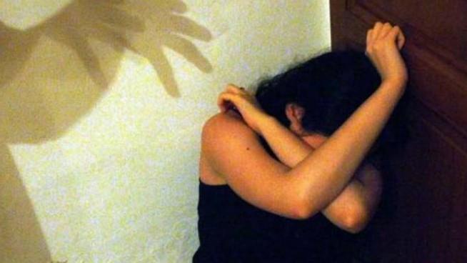 Violenza sessuale sulla figlia minorenne della compagna: arrestato sessantaduenne acquese