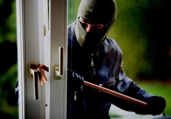 Rientra a casa e trova tre banditi a volto coperto che la derubano