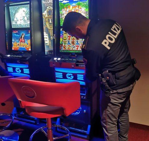 Truccavano le slot machines per fare in modo che erogassero più soldi: indagati due albanesi per truffa
