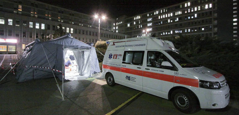 Due ricoverati di Tortona non sono contagiati, gli altri, piantonati dai carabinieri, restano in isolamento; salta il carnevale di Vho