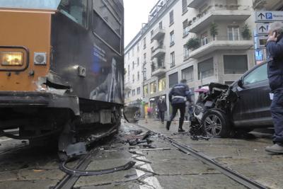 Tram contro auto: due feriti
