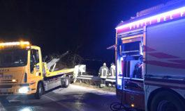 Auto con cinque giovani a bordo esce di strada e prende fuoco: salvi i ragazzi