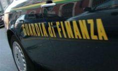 Forza il posto di blocco della Guardia di Finanza e dopo un inseguimento in città è bloccata e denunciata