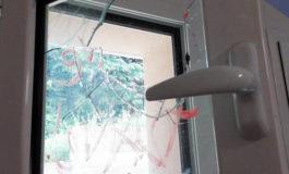Vandali in azione a Villata, nel Vercellese: prese a sassate le scuole, danneggiato anche l'ascensore dei disabili