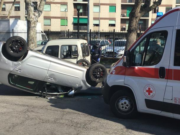 Auto si ribalta in Lungo Tanaro Solferino: ferito il guidatore, non è grave