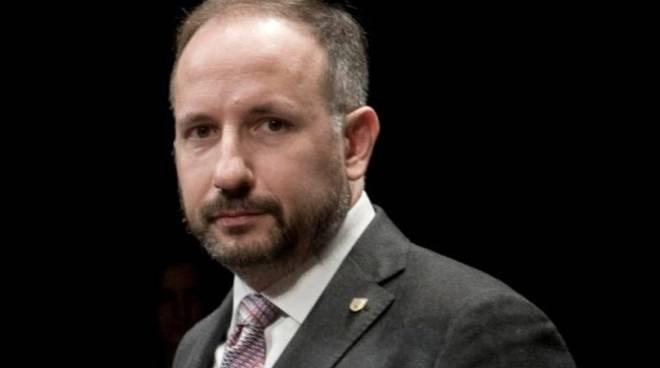 Buoni spesa governativi: il sindaco di Asti Rasero si camuffa e va in giro per la città per controllare chi bara