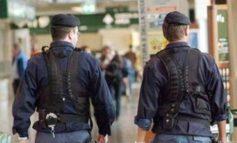 Appena scarcerato, suona ai campanelli chiedendo da mangiare, arrivati i poliziotti gli comprano una pizza e una birra