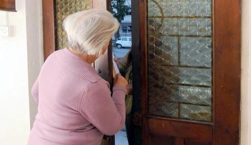 Si fingono tecnici che disinfettano le case dal Covid e derubano anziana di soldi e gioielli