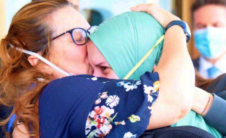 Pazzia da Covid: quando abbracciano i figli, per la legge italiana, le mamme non sono tutte uguali