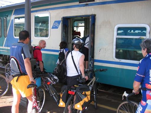 Stop alle bici sui treni, la decisione di Trenord per garantire sicurezza e distanziamento
