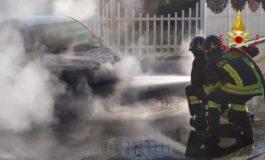 A fuoco un'auto alimentata a Gpl nel vercellese, intervenuti i Vigili del Fuoco