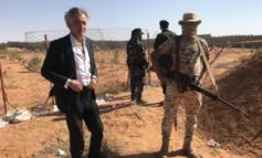 """Bernard-Henri Levy visita un campo di sterminio a Tarhouna, gli islamisti lo contestano: """"Cane ebreo"""""""