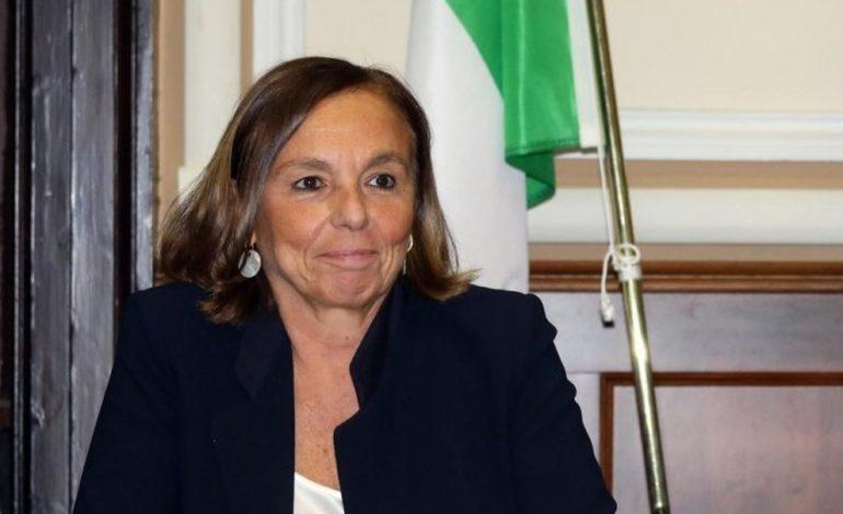 Siamo al delirio: la ministra Lamorgese disarma i poliziotti