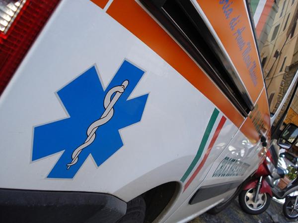 Si ferisce in casa e l'ambulanza che lo trasporta al pronto soccorso ha un incidente