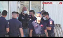 Incredibile: navi militari italiane scaricano 500 clandestini in Sicilia per ordine del Governo (Video)