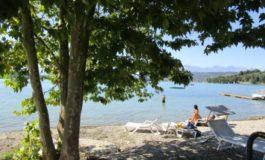 Promosso il lago di Viverone: è balneabile ma il Comune ha bloccato comunque lo scarico dell'area camper
