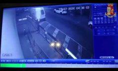 Marocchino sfonda la vetrata della questura a colpi di spranga (Video)