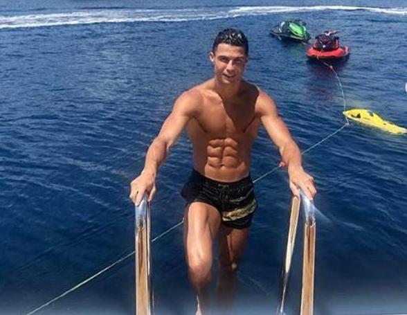 Ronaldo nel suo yacht da 12 milioni di euro attraccato al largo di Cogoleto
