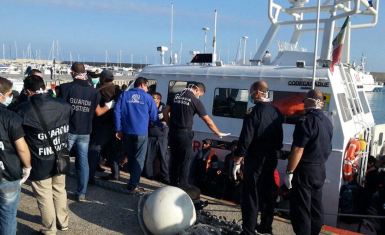 Paradosso italiano: Forze dell'Ordine decimate dal Coronavirus dopo che hanno effettuato i controlli ai migranti infetti