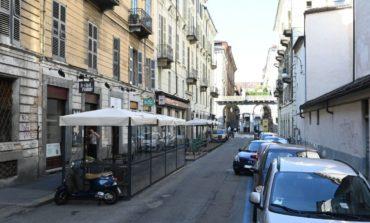 Distrugge dehor con l'auto, sfiorata la tragedia davanti ad un ristorante etnico di Torino