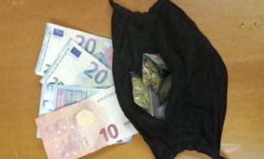 Nascondevano la droga nella mascherina anti-Covid, due pusher in manette a Torino