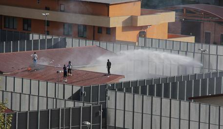 Disordini al Cpt di Torino, un ferito tra le forze dell'ordine