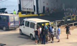 Lampedusa, inizia l'imbarco degli immigrati sulla nave quarantena che ci costerà 50.000 euro al giorno: quasi tutti tunisini e sono quasi tutti giovani maschi (Video)