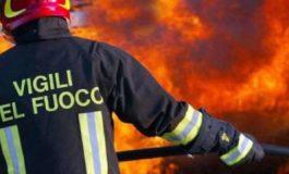 Tir carico di ghiaia esce di strada e prende fuoco tra Castelnuovo Scrivia e Pontecurone