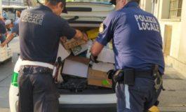Torino, sacchetti vietati al mercato: sequestrati più di quattromila pezzi, multato venditore abusivo