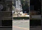 Migrante di colore fa il bagno nudo nella fontana della piazza principale di Modena (Video)