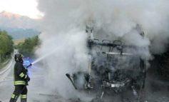 Prende fuoco autobus di linea, tutti salvi gli occupanti
