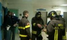 Infermieri trasformati in pompieri per spegnere un lenzuolo dato alle fiamme da un degente