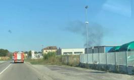 Cumulo di rifiuti a fuoco in discarica nell'astigiano