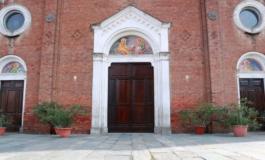 Tenta di dar fuoco al portone della chiesa: denunciata