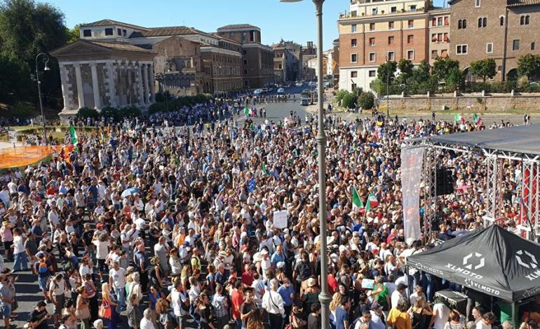 """I no mask in piazza a Roma: """"Governo di criminali assassini"""" (Video)"""
