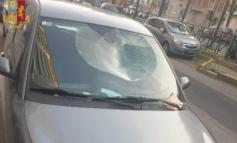 Giamaicano cammina sulle auto in sosta e sfonda il parabrezza di una Lancia Ypsilon
