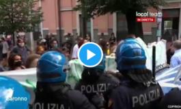 Insulti da parte di Sardine e Centri sociali ai poliziotti che erano lì per garantire l'ordine pubblico (Video)